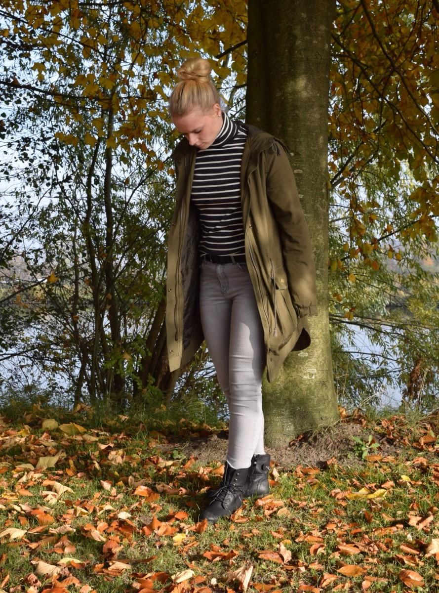 parka-herbst-blonde-haare-swanted-graue-jeans-gestreifter-pullover