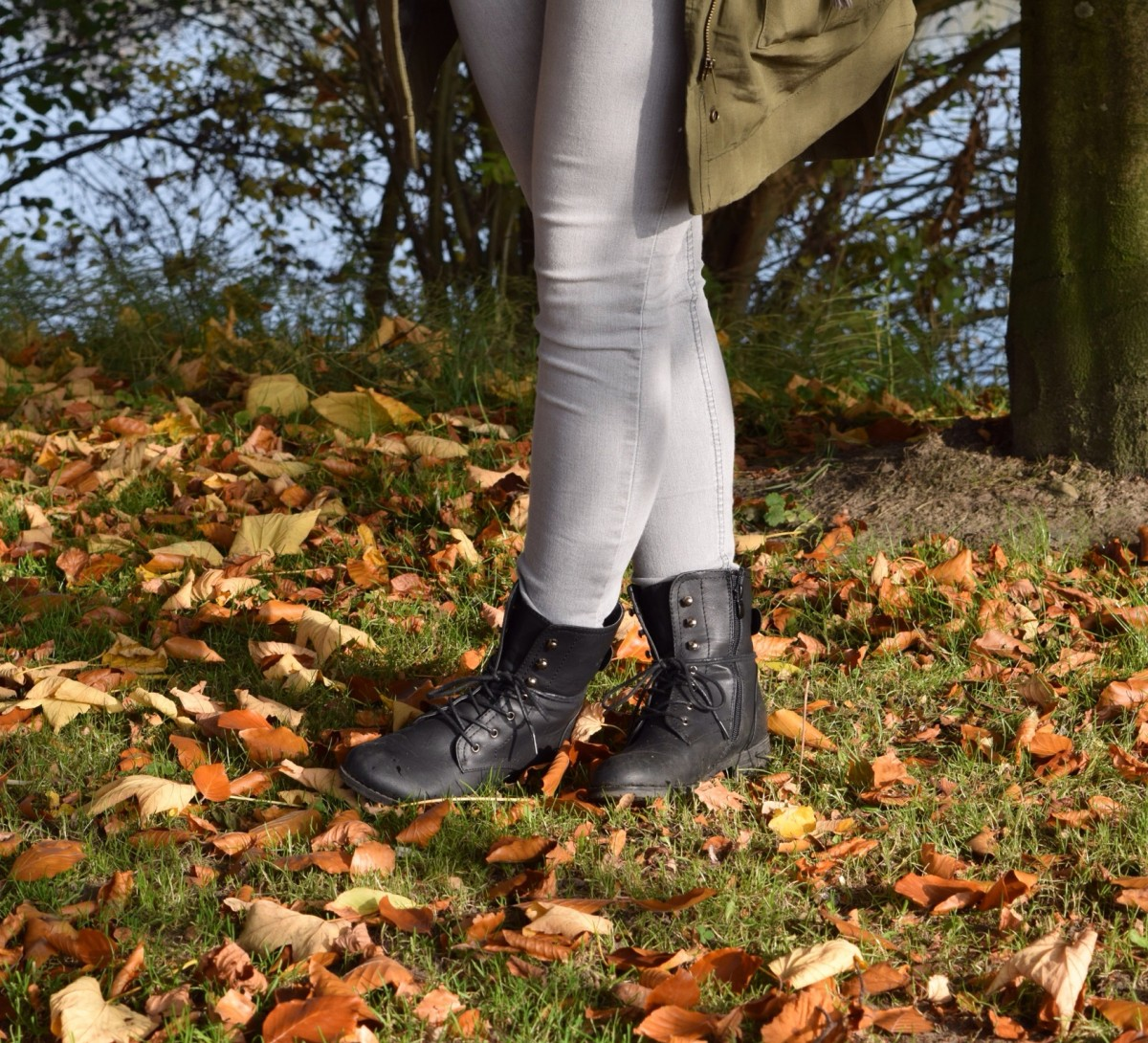 schwarze-boots-graue-jeans-parka-swanted