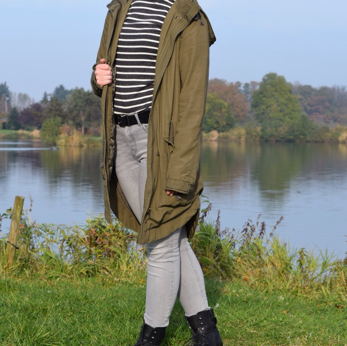 parka-graue-jeans-gestreifter-pullover-boots-teich-swanted