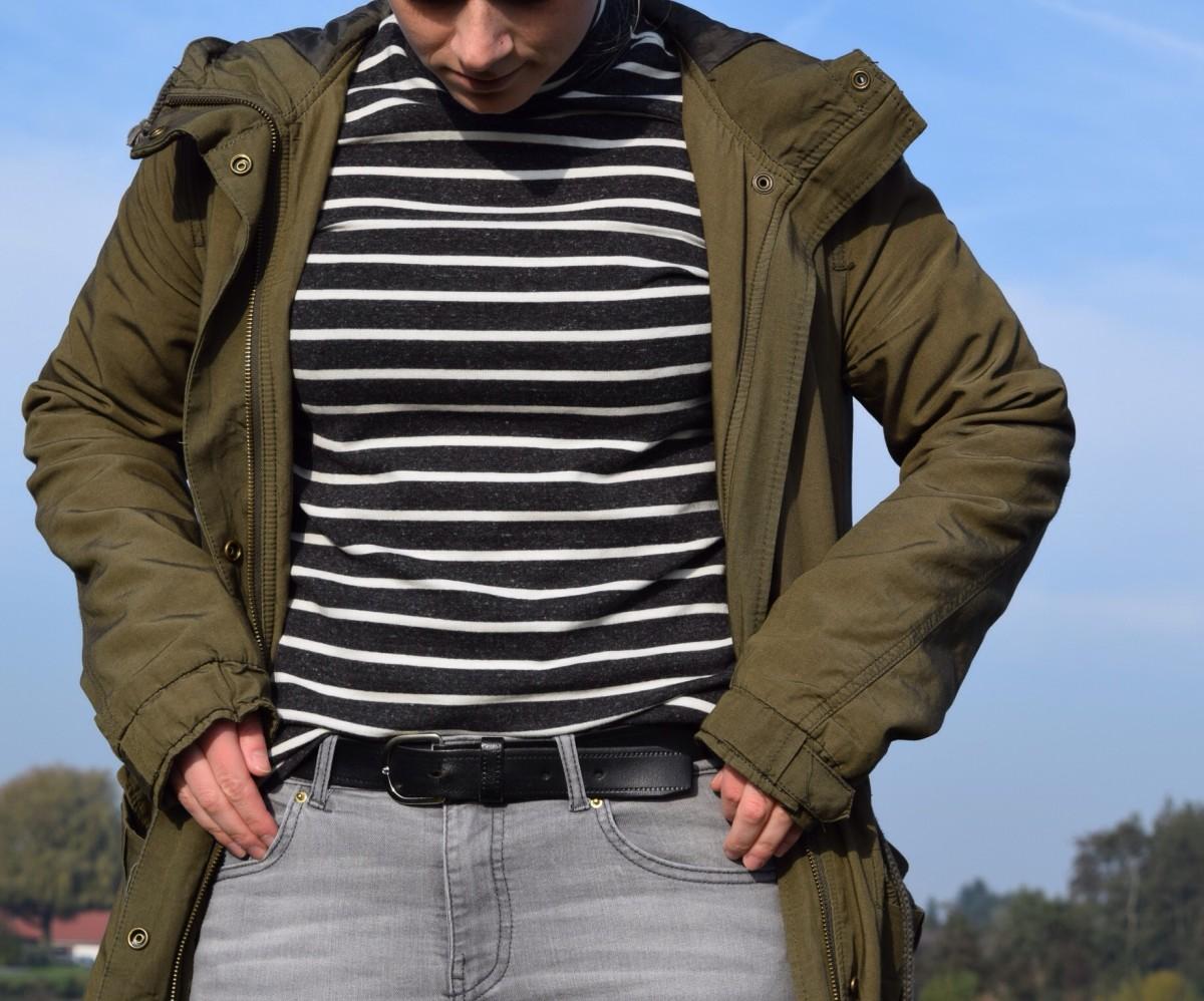 gestreifter-rollkragenpullover-graue-jeans-grüner-parka