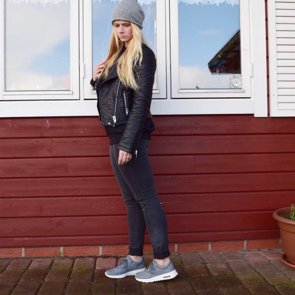 graue-mütze-schwarzer-pullover-lederjacke-nike-air-max-thea-sneaker-swanted