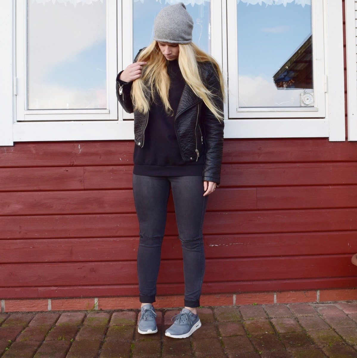 blonde-haare-ripped-jeans-schwarzer-pullover-lederjacke-swanted