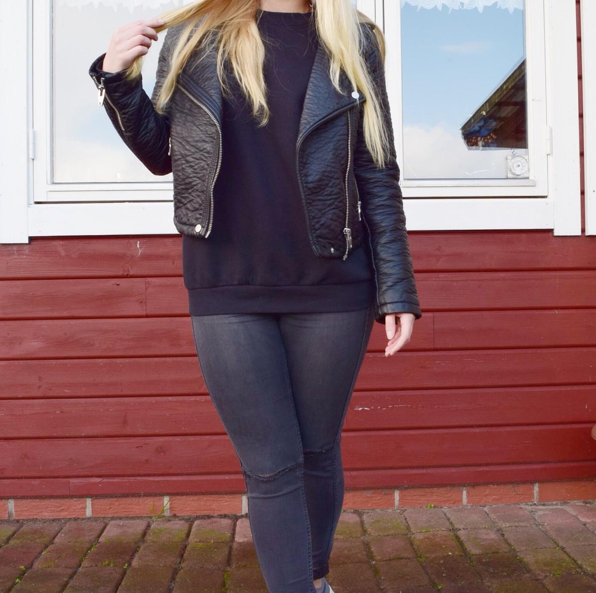 schwarzer-pullover-schwarze-lederjacke-ripped-jeans-blonde-haare-swanted