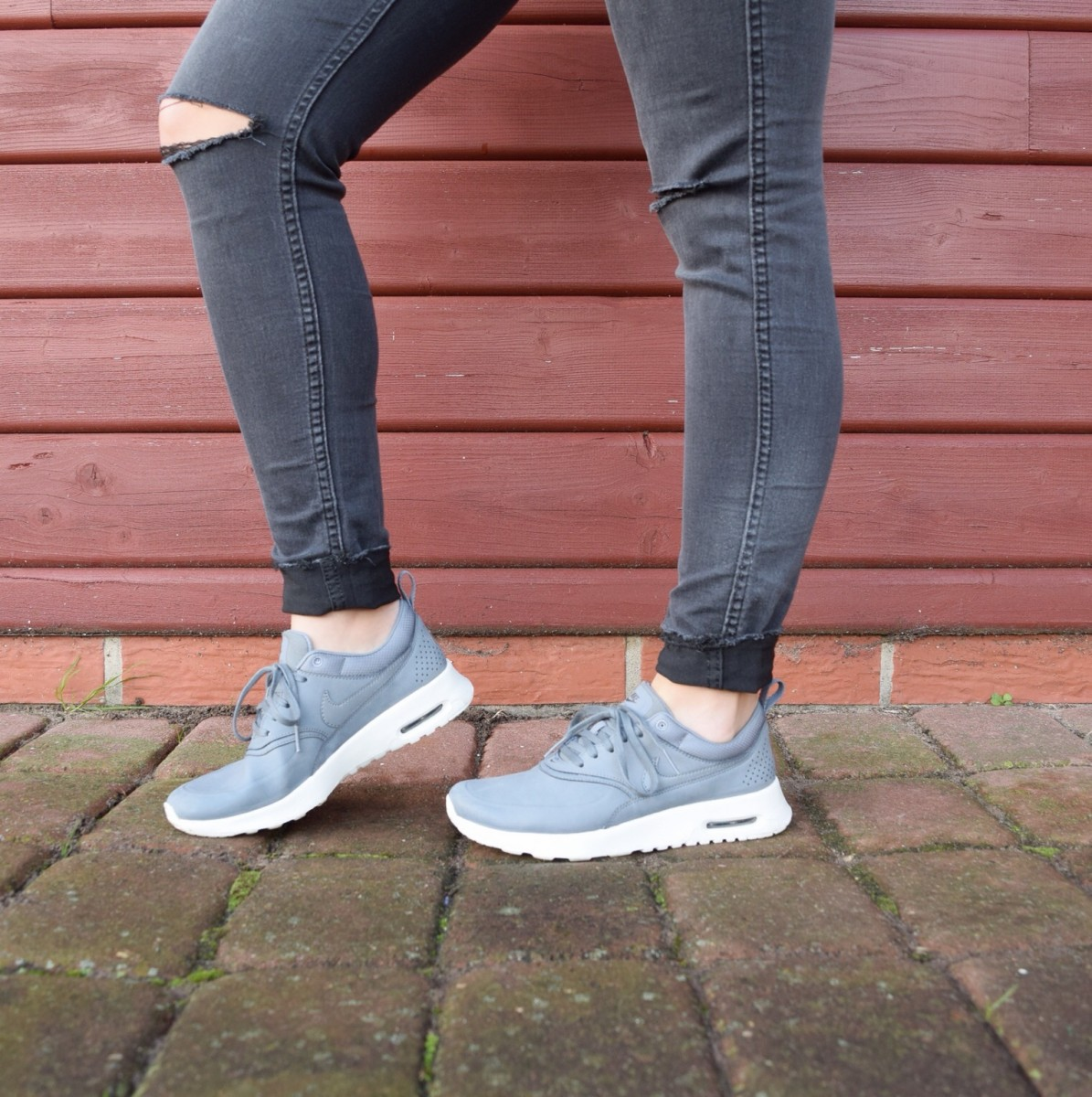 nike-air-max-thea-sneaker-ripped-jeans-swanted