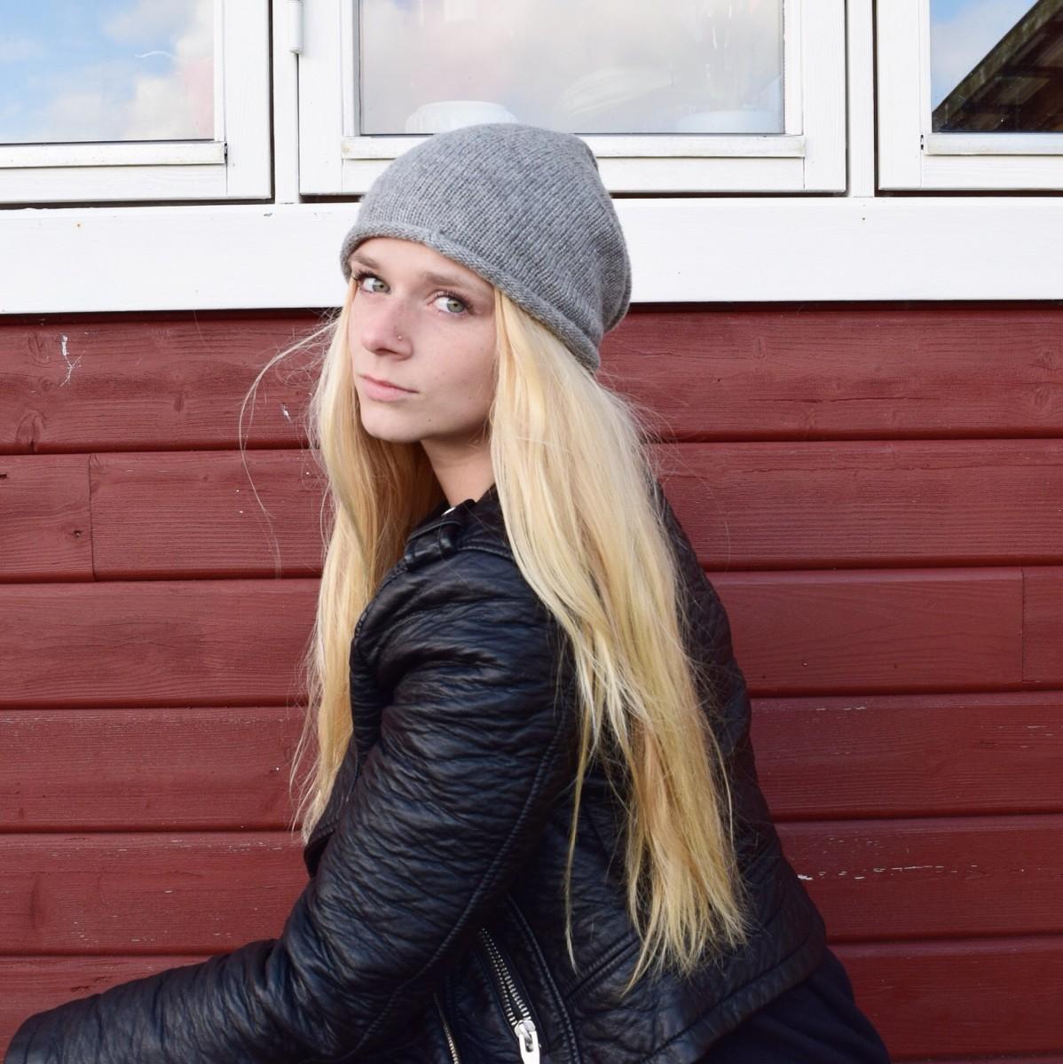 graue-mütze-lederjacke-swanted-blonde-lange-haare
