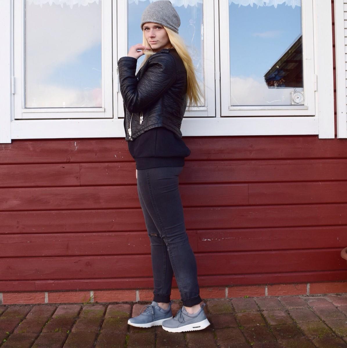nike-sneaker-graue-mütze-graue-ripped-jeans-lederjacke-swanted