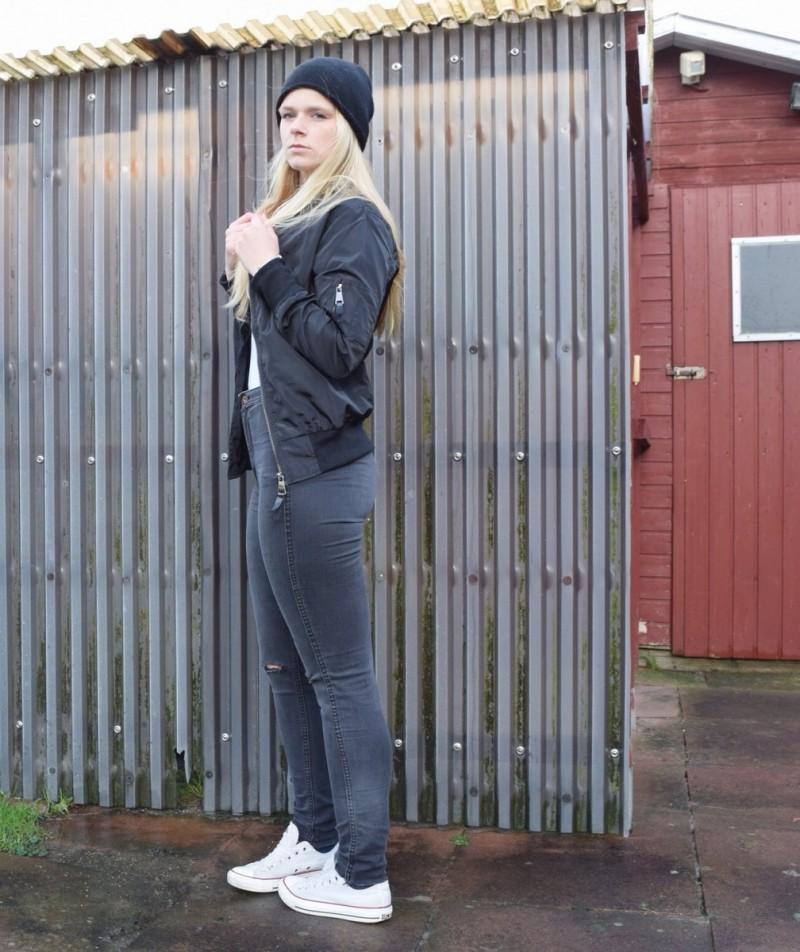 bomberjacke-mütze-graue-jeans-chucks-converse-swanted