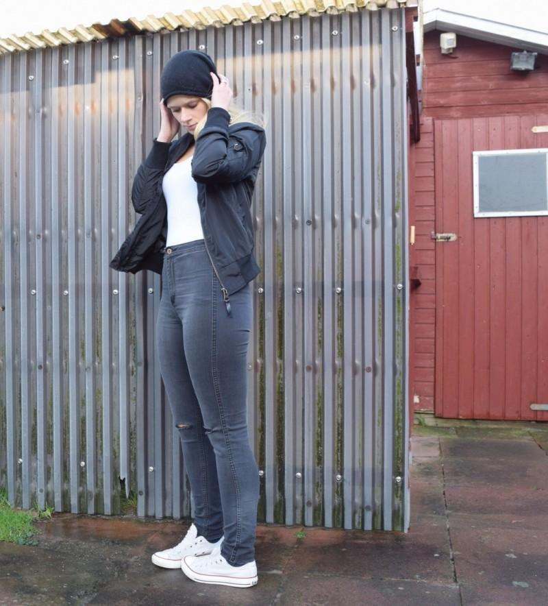 bomberjacke-ripped-jeans-weißes-top-chucks-converse-swanted-schwarze-mütze