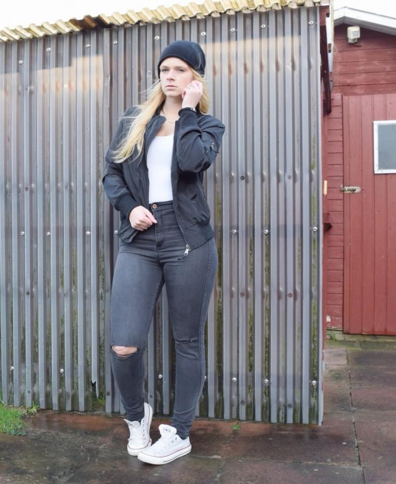 bomberjacke--schwarz-black-mütze-ripped-jeans-converse-swanted