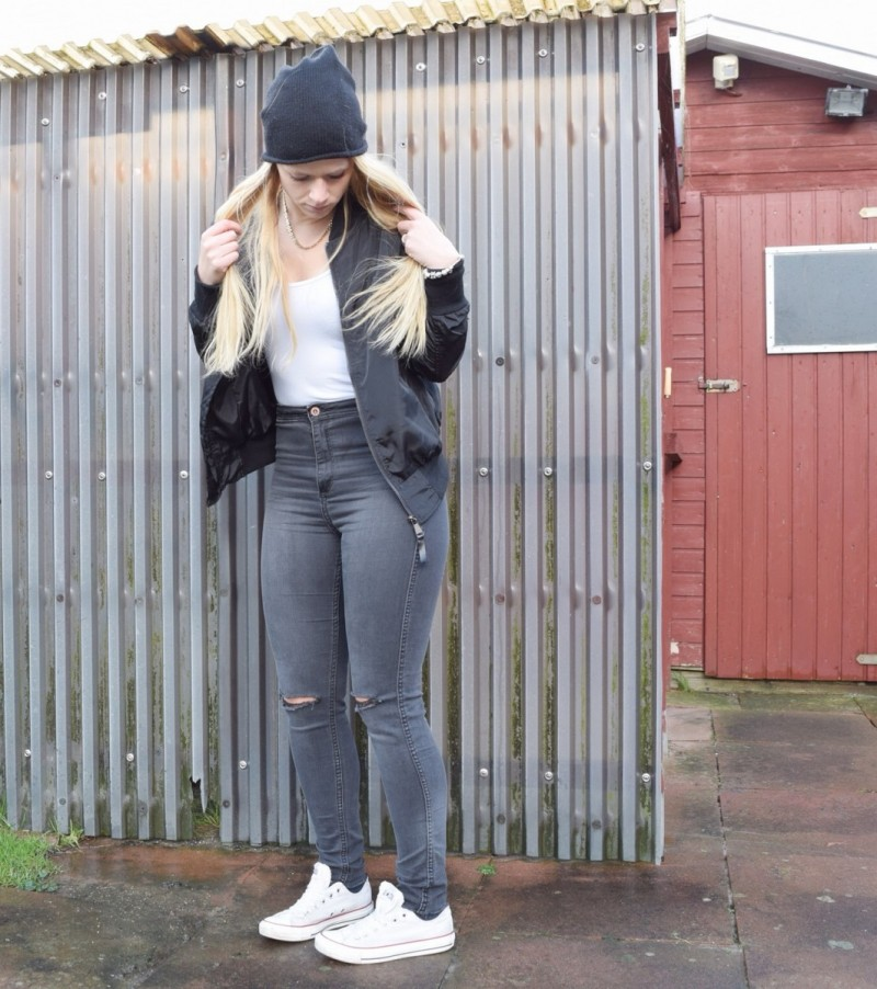 bomberjacke-converse-ripped-jeans-weißes-top-mütze-swanted