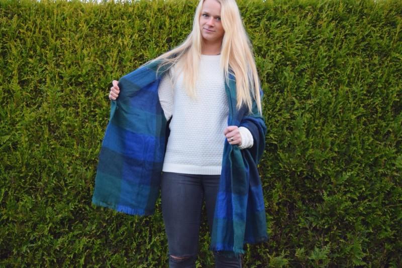 BLanket-scarf-blonde-haare-swanted-weißer-pullover