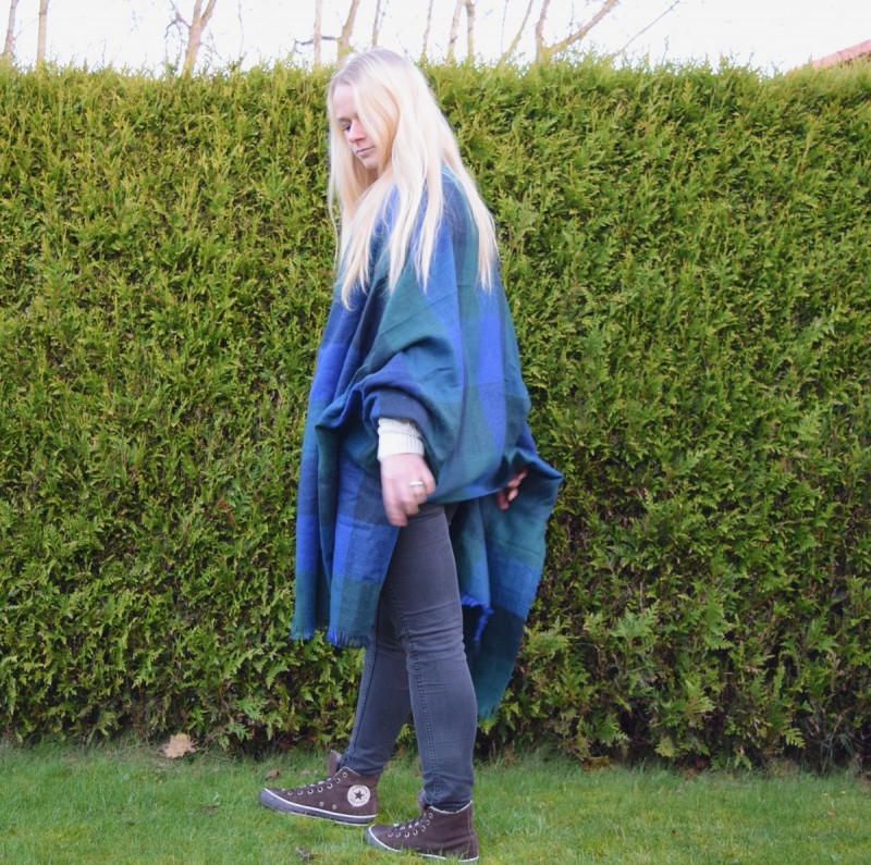 blanket-scarf-blonde-haare-ripped-jeans-chucks-converse-swanted