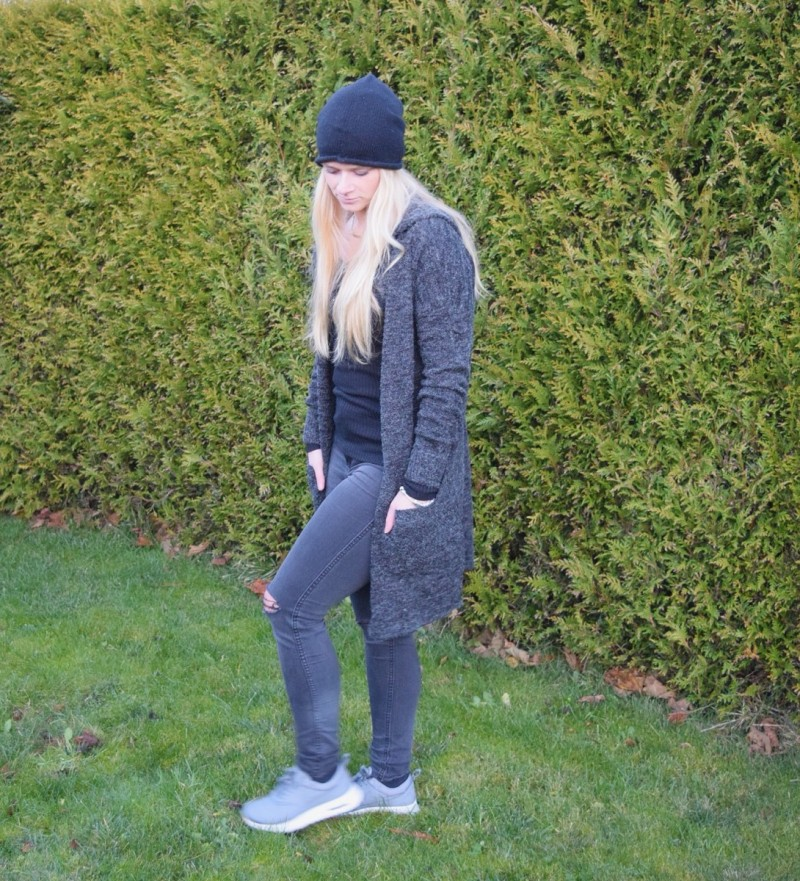 langer-grauer-cardigan-mütze-swanted-nike-air-max-thea