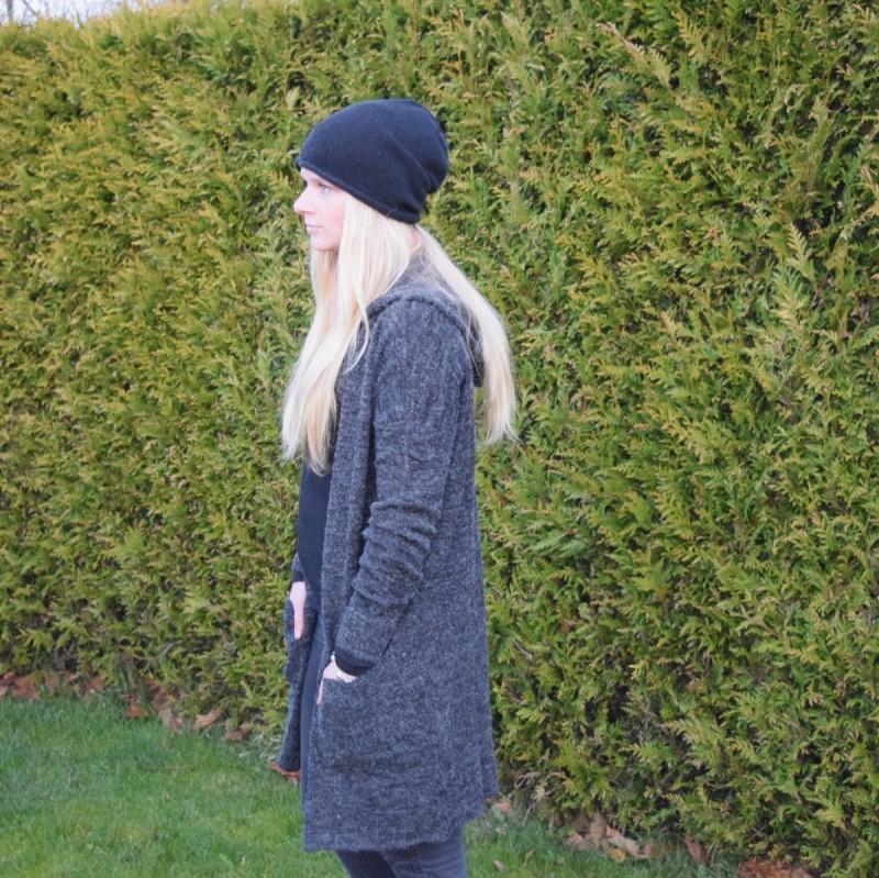 langer-grauer-cardigan-schwarze-mütze-blonde-haare-swanted