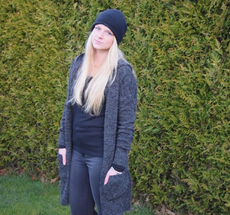 langer-grauer-cardigan-schwarze-mütze-swanted
