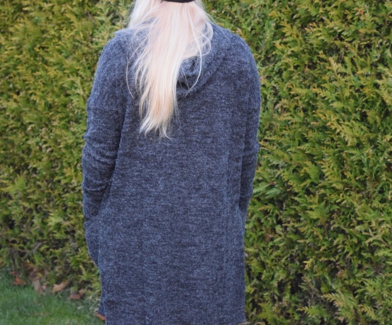 kapuze-grauer-cardigan-blonde-haare-swanted