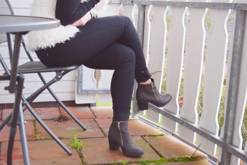 boots-kunstfellweste-swanted-schwarz-braun-weiß