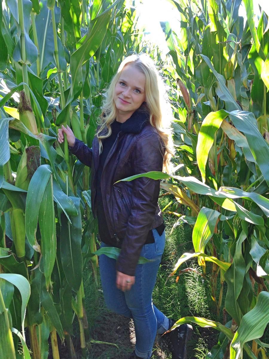 lederjacke-street-one-schwarzer-pullover-jeans-blonde-haare-swanted