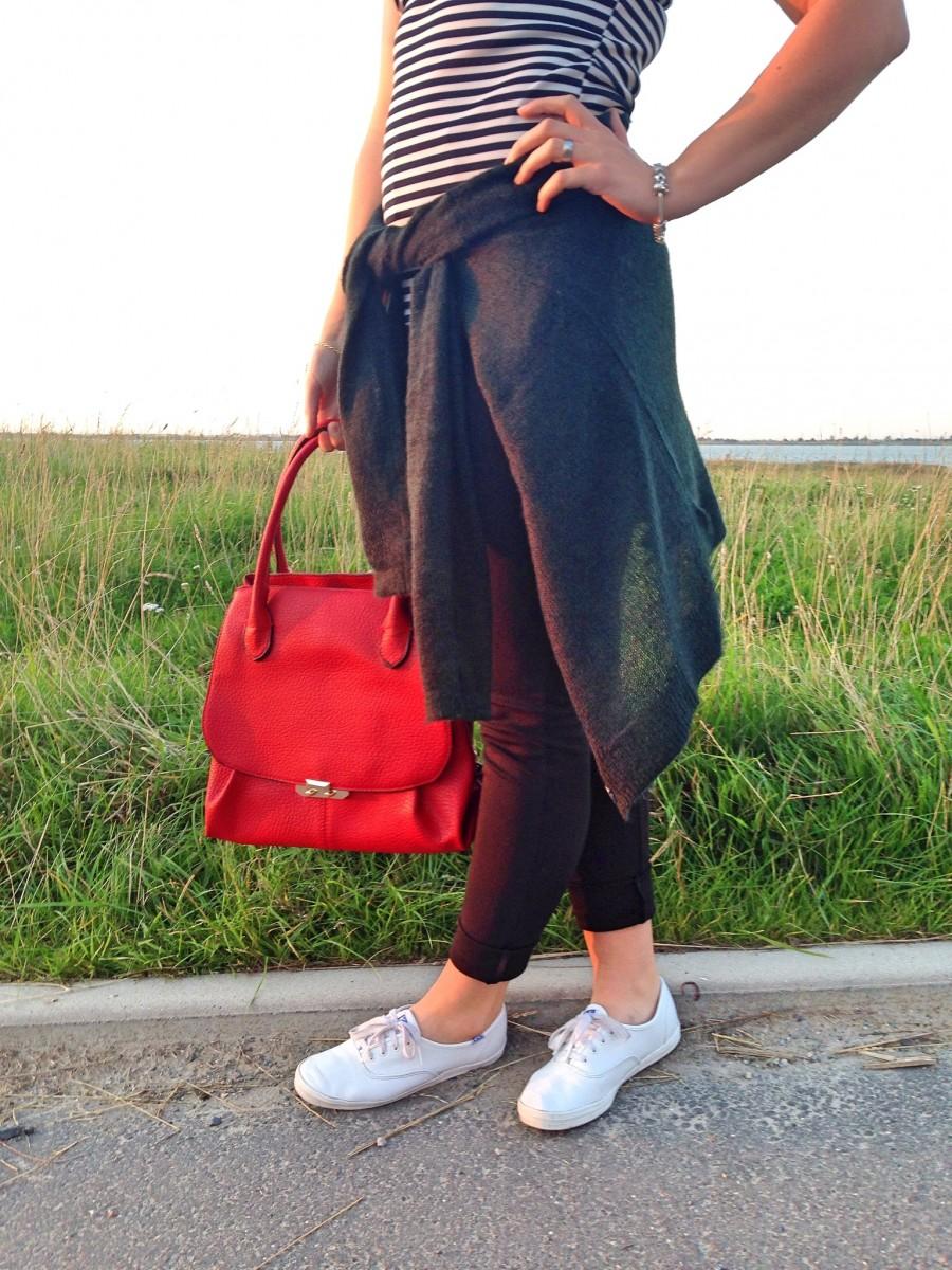 rote-tasche-sommer-letztes-jahr-grüner-cardigan-gestreiftes-top-swanted
