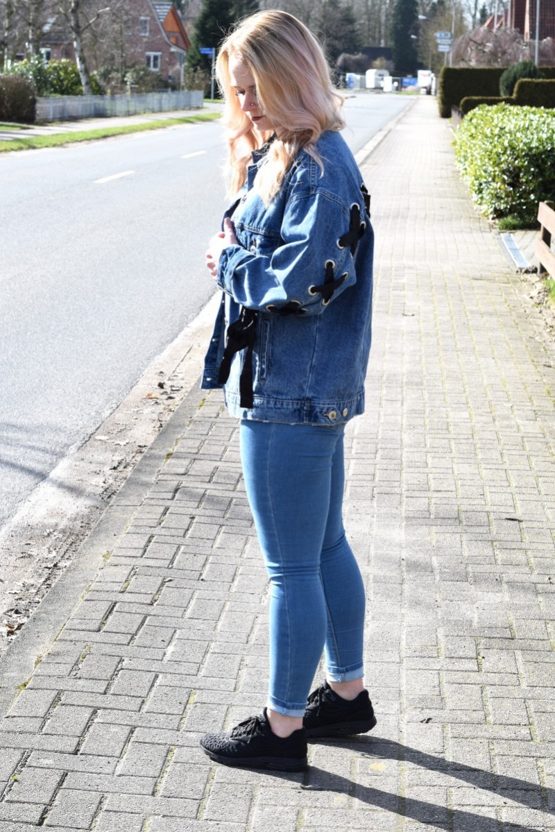 Outfit-Denim-jacket-schleife-blond-fashion-warteschleife-swanted