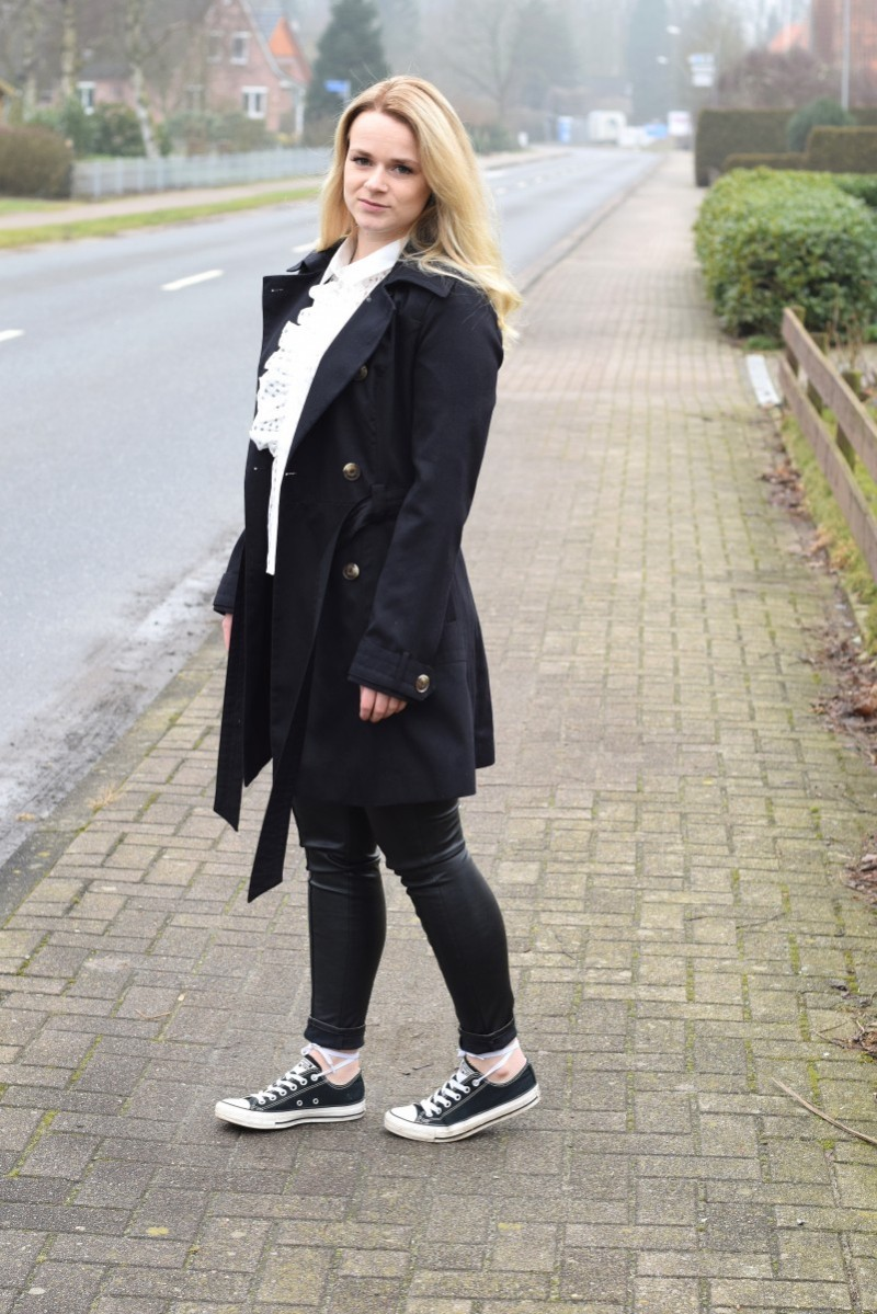 not ladylike-swanted-outfit-ruffles-rüschen-trenchcoat-converse-blond-asos