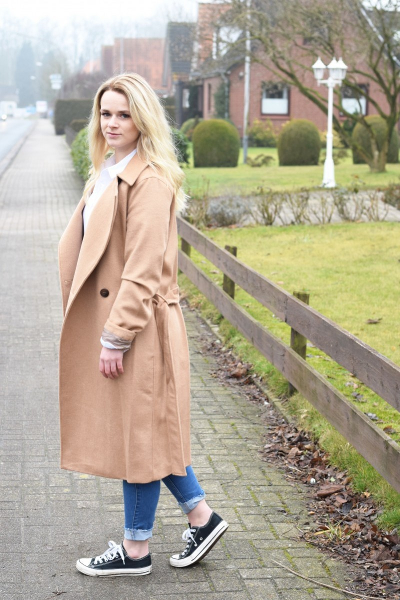 Weltfrauentag-Swanted-Outfit-stolz-Camel coat-Bluse-blond