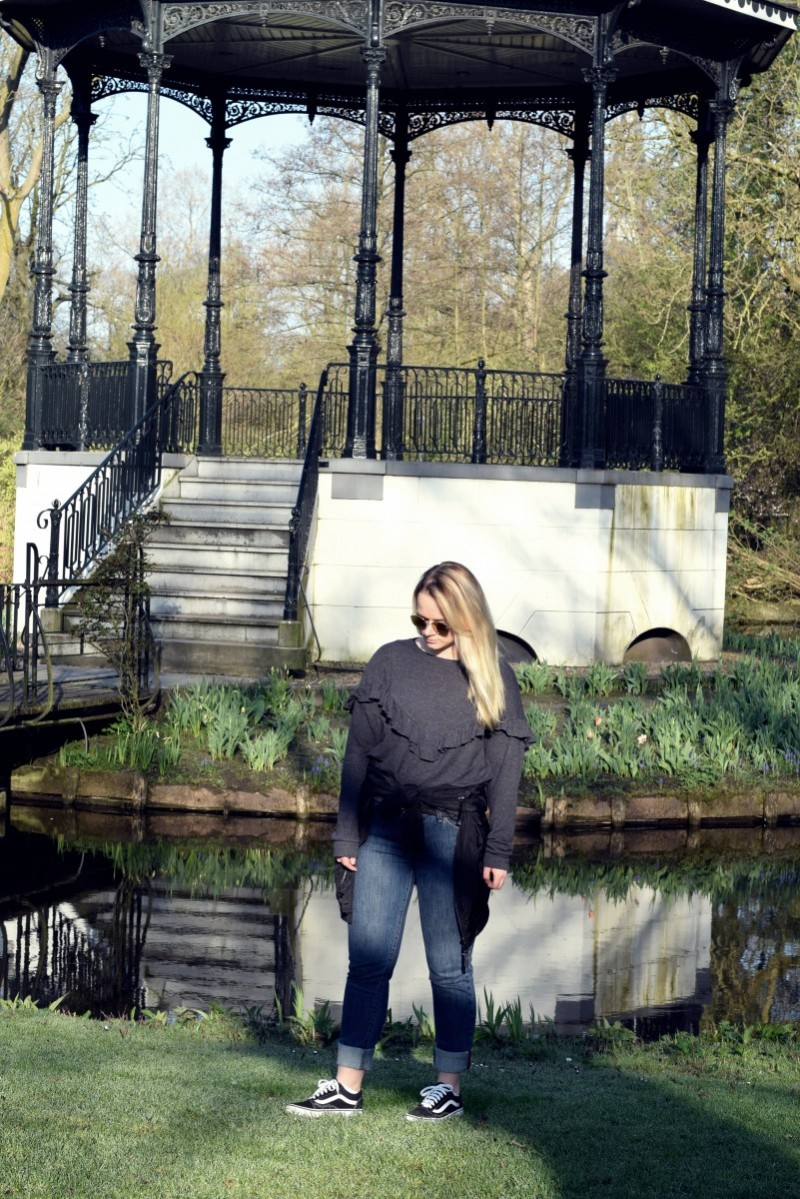 Outfit-Fashion-Filmklassiker-Park-Amsterdam-Volant-Bomberjacke-Vans-Rondel-swanted