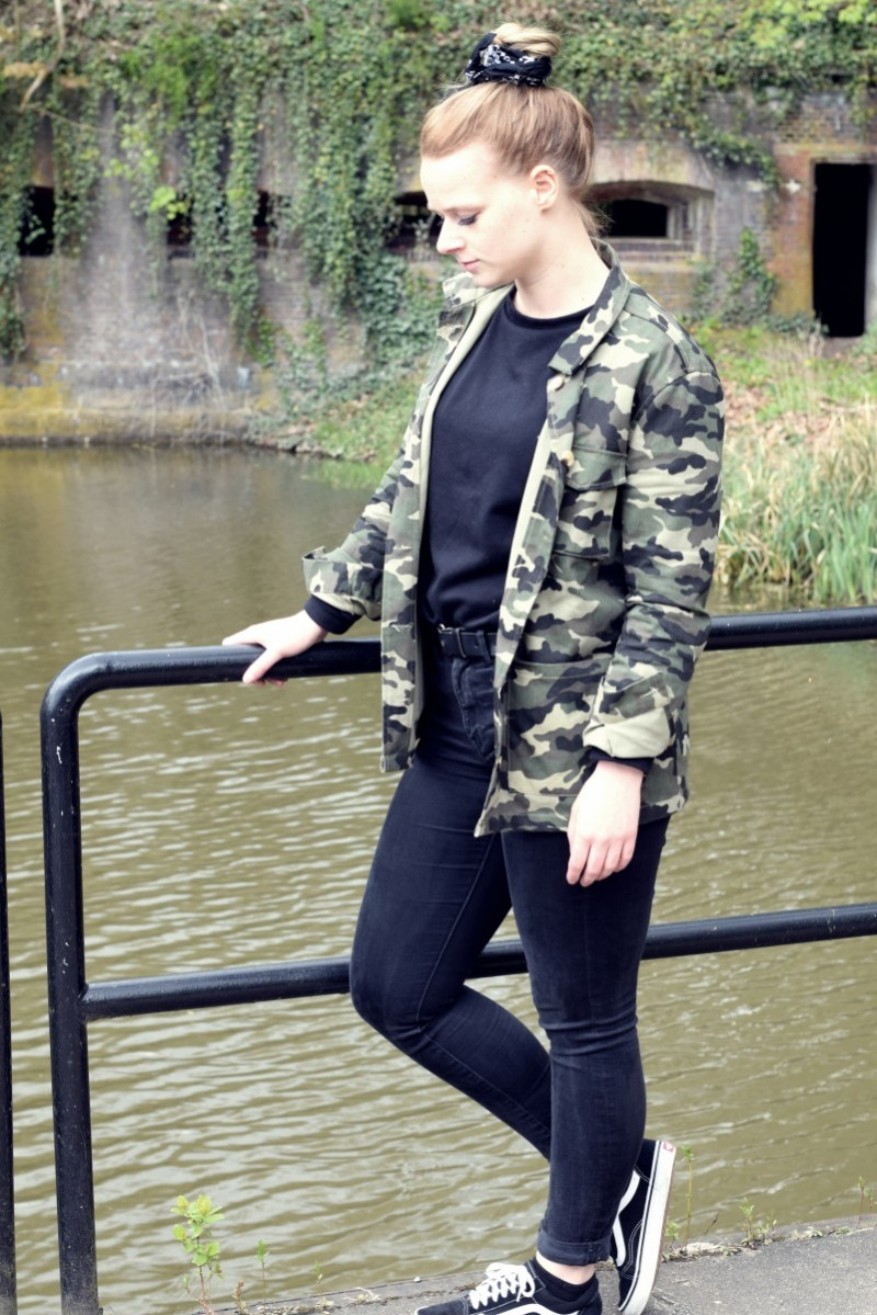 Outfit-fashion-camouflage-military-vans-swanted-bandana