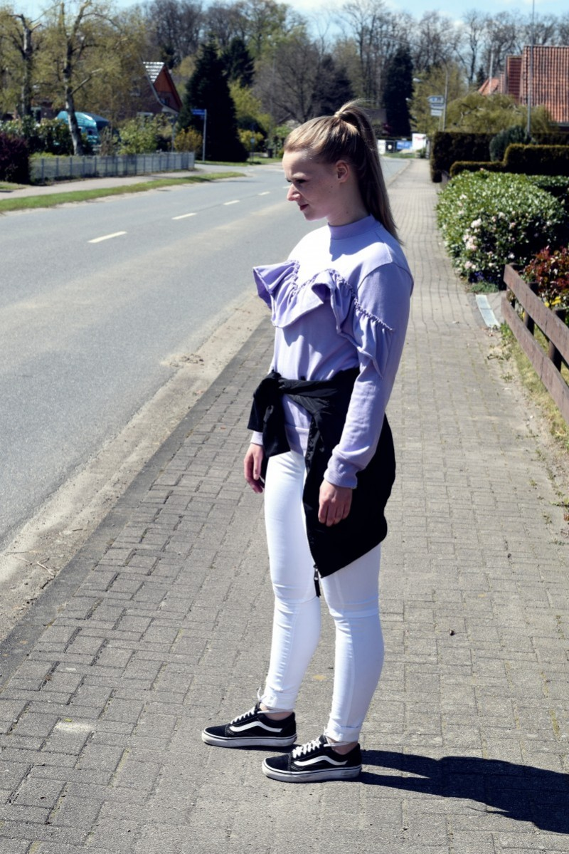 Gegegensatz-süß oder salzig-swanted-outfit-fashion-volant-vans-sneaker-bomberjacke-ootd-white jeans