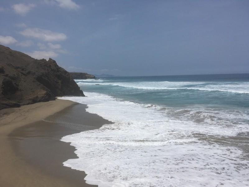 fernrohr-landschaft-landscape-mütze-fuerteventura-berge-sand-steine-swanted-travel
