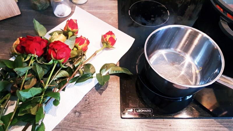 rosenwasser selber machen so geht 39 s swanted magazine. Black Bedroom Furniture Sets. Home Design Ideas