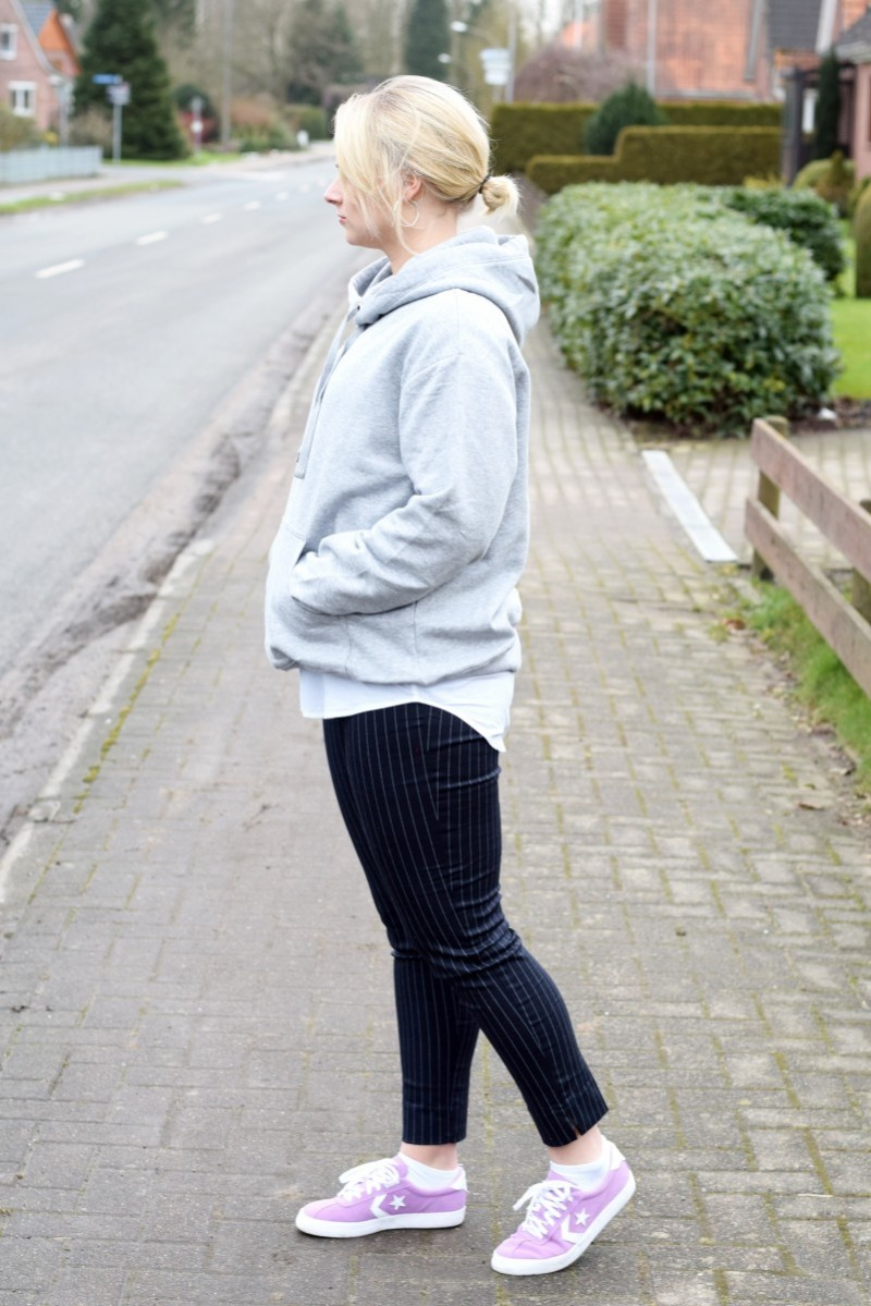 Outift-Fashion-Style-Swanted-Blog-Hoodie-Nadelstreifenhose-Converse-marilyn-monroe-syndrom