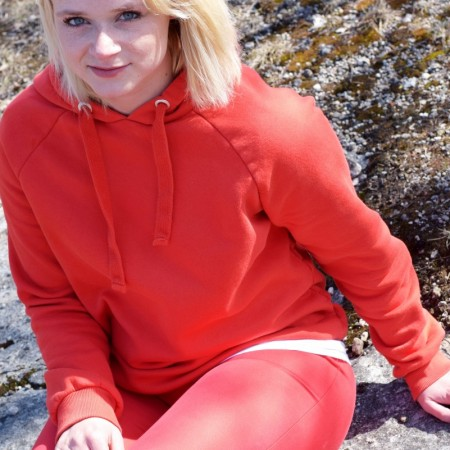 Outfit-Rot in Rot-Natur-Fashion-Superga-Hoodie-Gina Tricot-Stradiarius-Ootd-Spring-Frühling