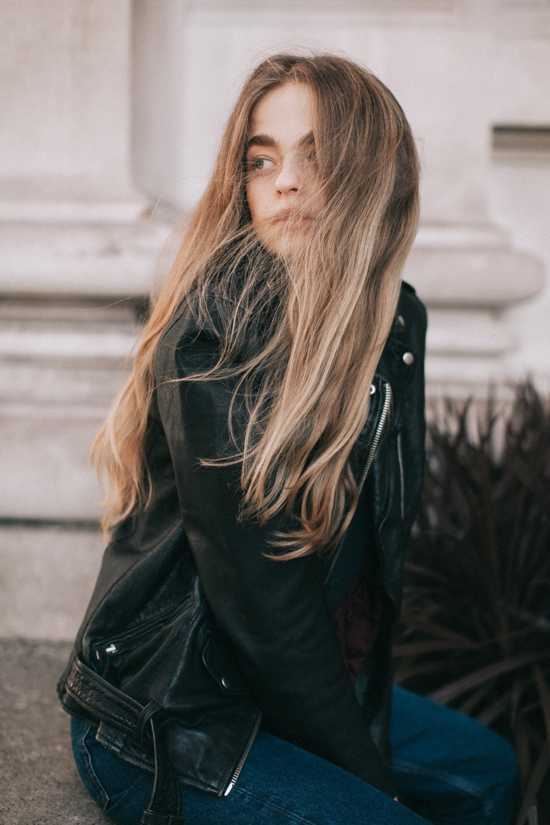 fashion-schönsten lederjacken-style-lederjacke-spring-swanted-magazine-long hair-girl-übergang